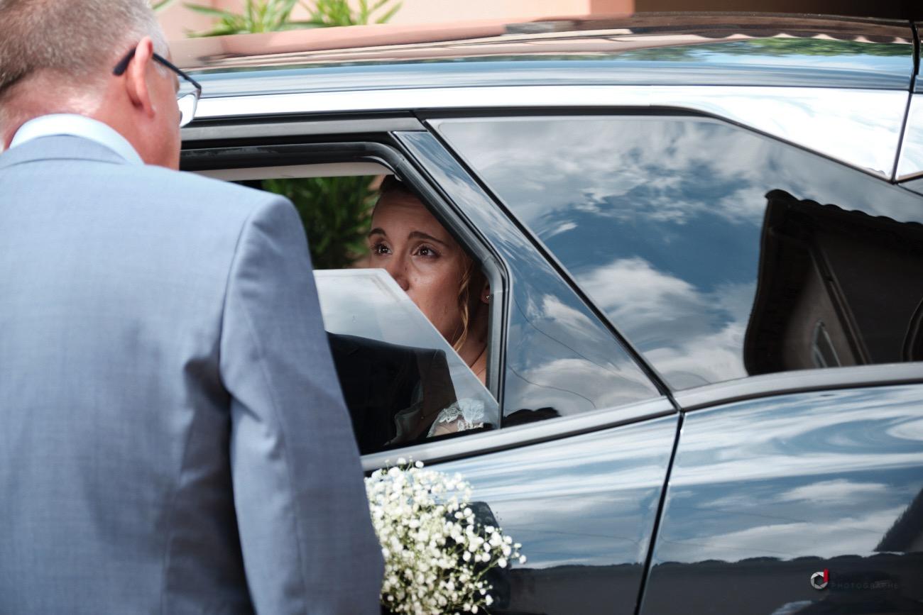 La mariée part vers la mairie