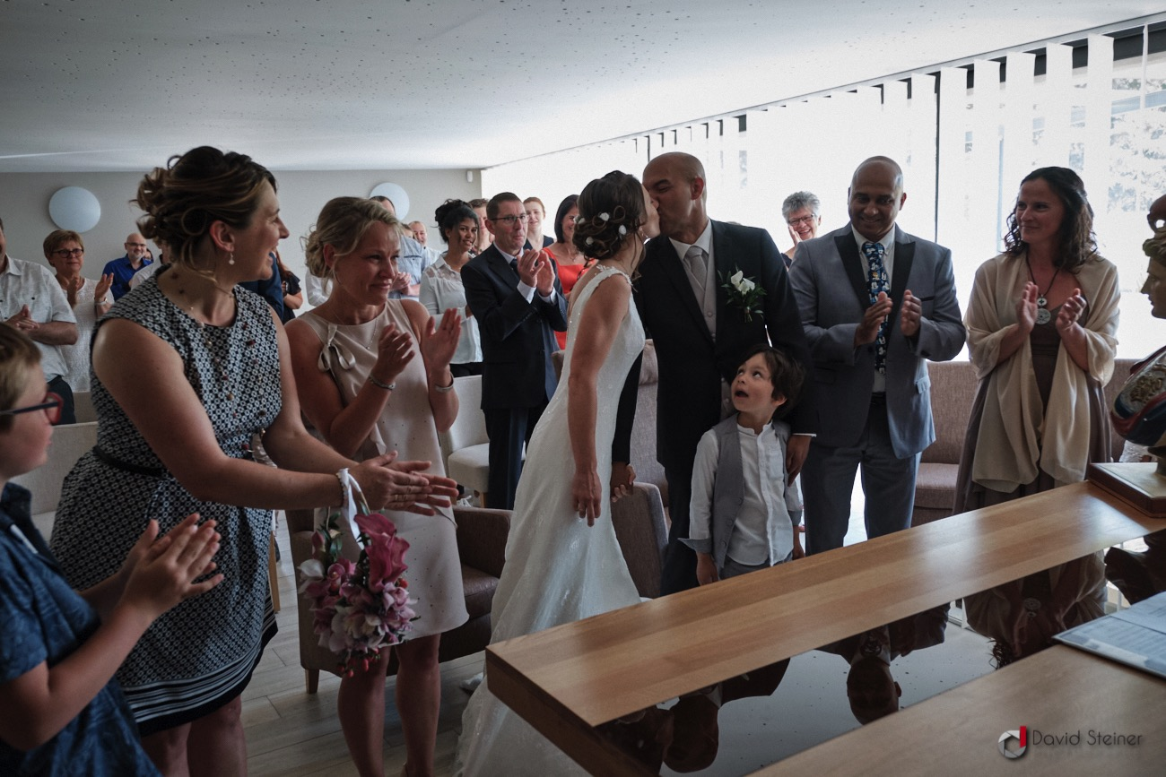 Le baiser des mariés en Mairie de Meyreuil