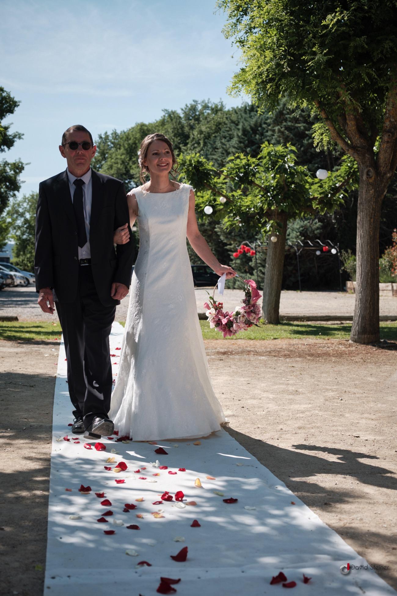 Cérémonie laïque : arrivée de la mariée au bras de son père au Domaine du Vert Moulin