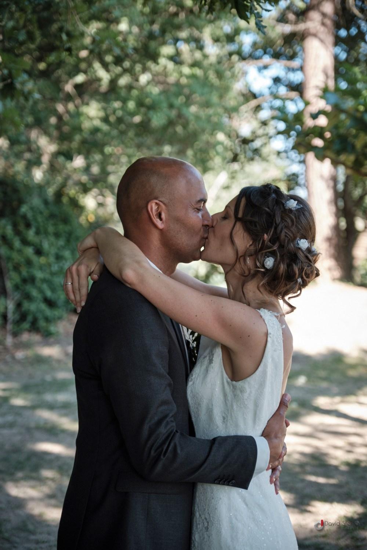 Baiser tendre des mariés