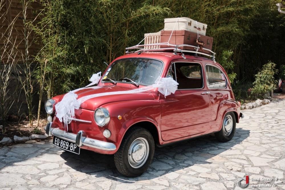 La voiture des mariées, une vieille fiat rouge