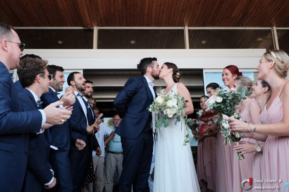 Les mariés s'embrassent en sortie de mairie de Carnoux