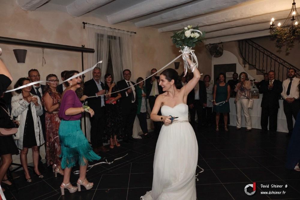 Cérémonie du ruban en guise de lancer de bouquet