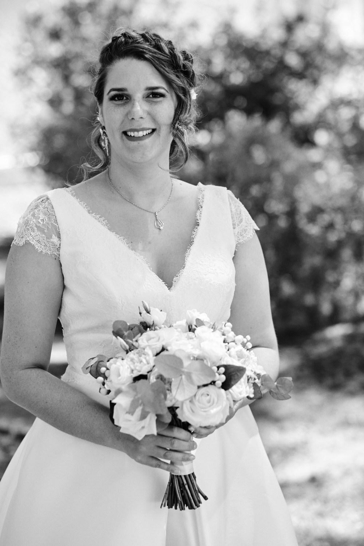 Portrait de la mariée à la Fare les Oliviers