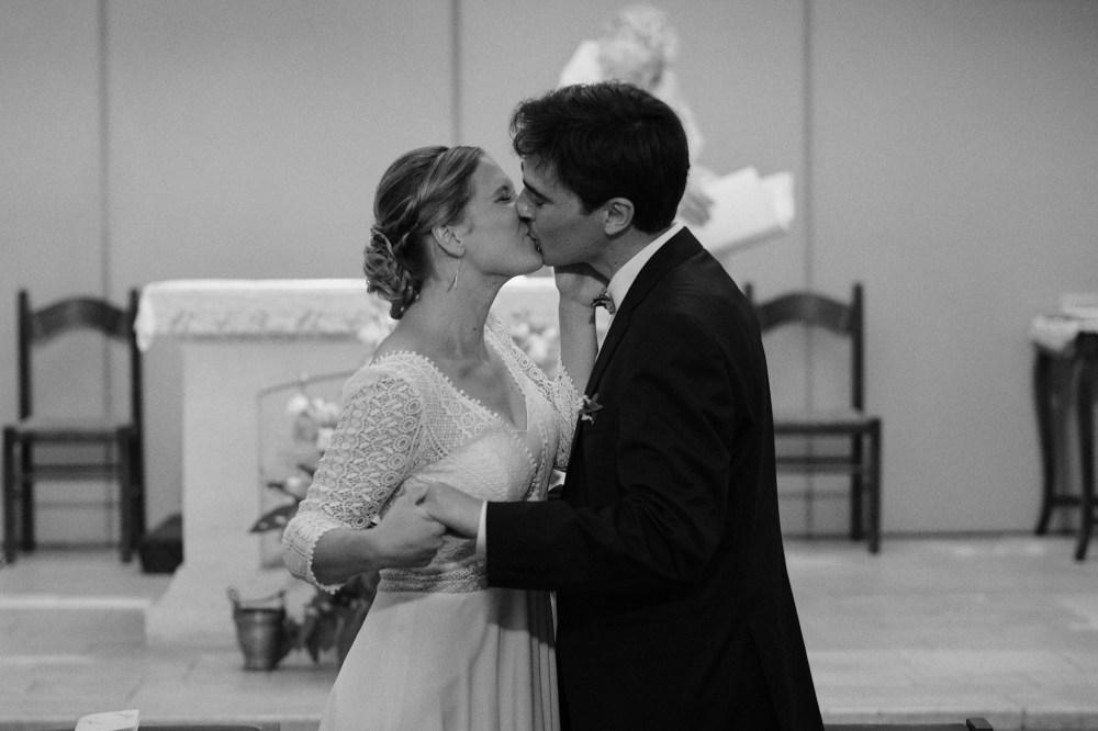 Baiser des mariés dans l'église Sainte Thérèse
