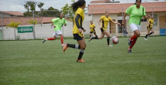 Campeonato de Futebol Feminino começa com goleada