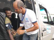 Pessoas em situação de vulnerabilidade recebem atendimento médico na rua