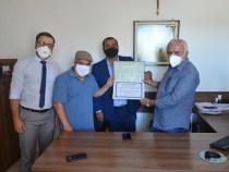Comissão de Saúde entrega Moção de Aplauso ao HCC