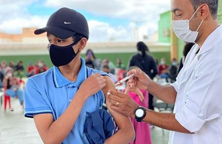 SMS vacina mais de três mil jovens e continua nesta quarta: acima de 12 anos