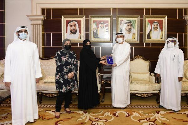 جامعة الامارات تتسلّم درع الفائزات  في مسابقة جامعة الأمير سلطان للترجمة