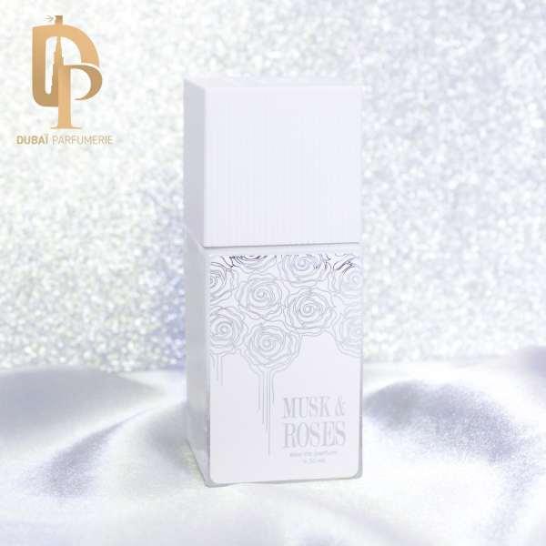 Parfum Musk & Roses de la marque Arabian Oud par Dubai Parfumerie sur tissu blanc et fond paillette
