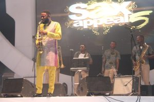 Mike-Aremu-performing-on-stage-600x400