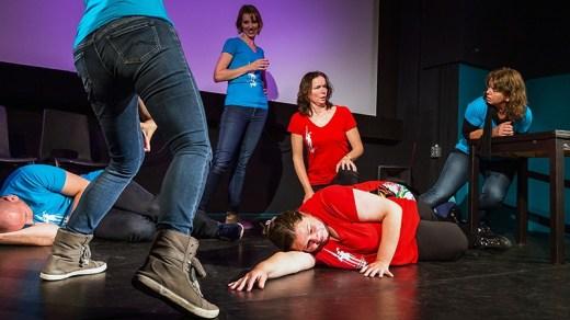 Het is ook een gamevorm in Theatersport, maar zitten-staan-liggen wordt hier wel erg plastisch gebruikt