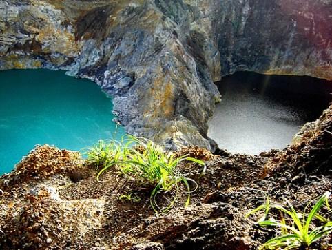 Kỳ lạ hồ sinh ba đổi màu ở Indonesia
