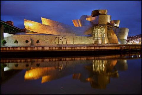 Bảo tàng Guggenheim ở Bilbao, Tây Ban Nha.