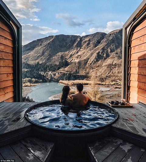 Tara cùng người yêu trong bồn tắm nước nóng ở New Zealand