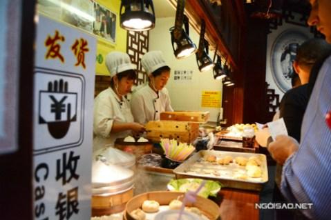 Xếp hàng thưởng thức bánh bao bằng ống hút ở Trung Quốc