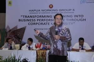 Direktur SDM dan Umum PLN, Eddy D Erningpraja memberikan paparan kepada peserta Workshop Corporate University yang datang dari empat negara di Asia Tenggara.