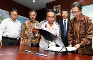 Direktur Utama PT Rajamandala Energy Power, Bambang Priyambodo (paling kanan) dan Direktur Utama PLN, Nur Pamudji (dua dari kanan) saat menandatangani kontrak jual beli listrik PLTA Rajamandala.