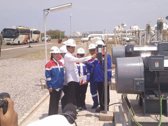 Presiden Joko Widodo meninjau kilang TPPI di Tuban. Pengoperasian kilang ini dapat menghemat devisa.