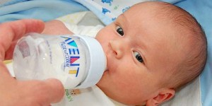 Cara Menyusui Bayi dengan Menggunakan Botol