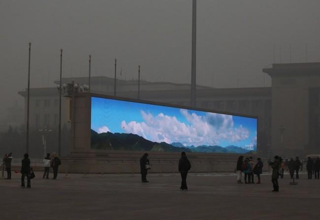Çin'in Başkenti Pekin'deki Tiananmen Meydanı'nda hava kirliliği yüzünden gökyüzü ve güneş görünmediği için 'normalde' görünmesi gerekenler LED ekranlarla insanlara yansıtılıyor.