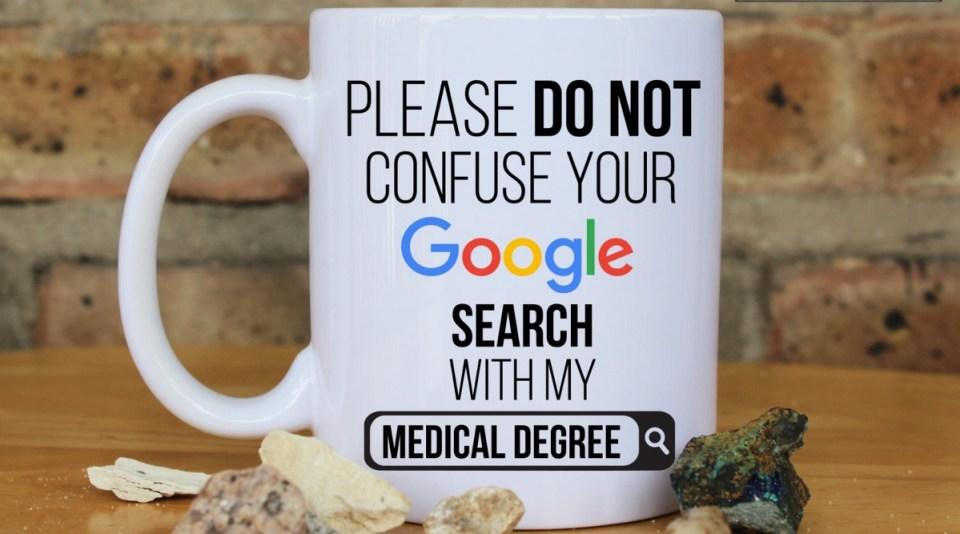 'Rica ederim benim tıbbi uzmanlığımı Google aramanla karıştırma' konulu bir hekim kupası.