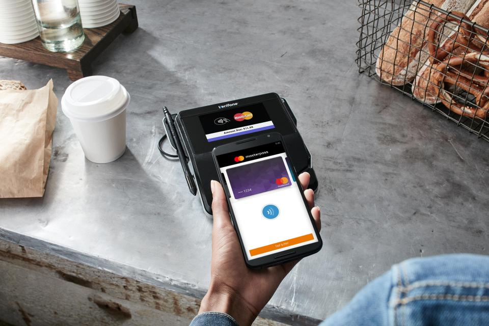 masterpass-contactless-at-cafe