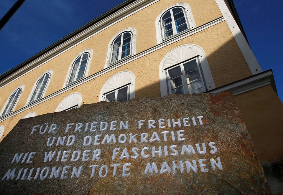 Adolf Hitler'in doğduğu evin önünde bulunan 'Barış, özgürlük ve demokrasi için bir daha asla faşizm olmasın. Milyonlarca ölü bunun için bir uyarı olsun.' yazılı taş - Braunau, Avusturya. (REUTERS/Dominic Ebenbichler)