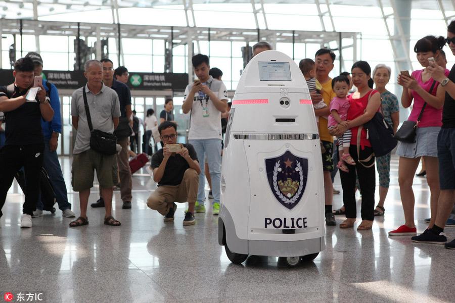 Böyle sakin duruşuna aldanmayın, bu güvenlik robotu süper bilgisayar teknolojisi ve şok tabancası ile donanmış.