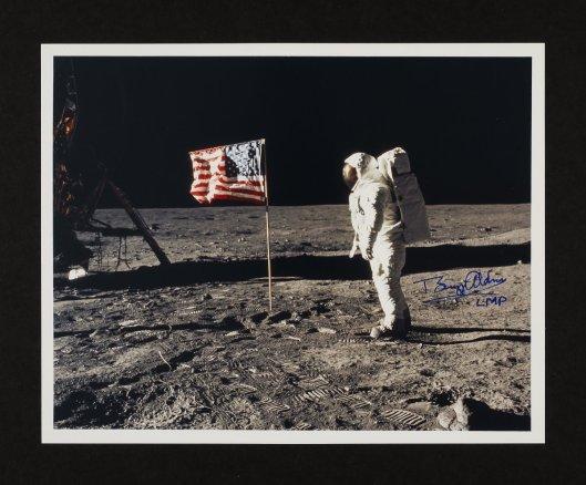 Buzz Aldrin ve Ay'daki Amerikan bayrağı