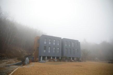 Hapishanenin sis bulutları içinde dışarıdan görünüşü.