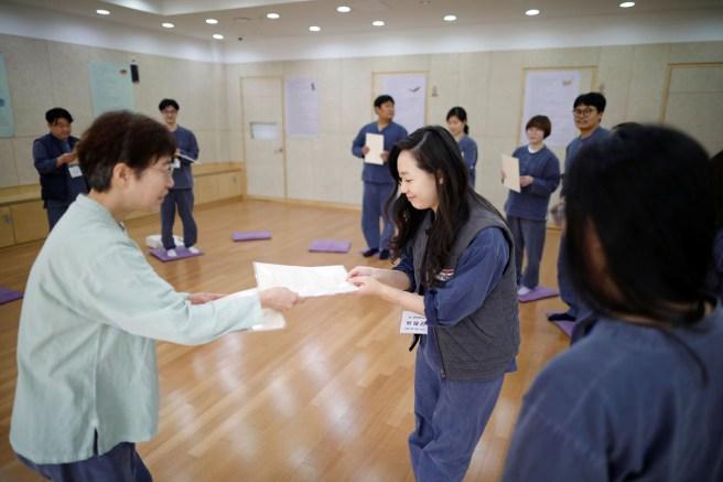 Park Hye-ri tahliye belgesini alıyor.