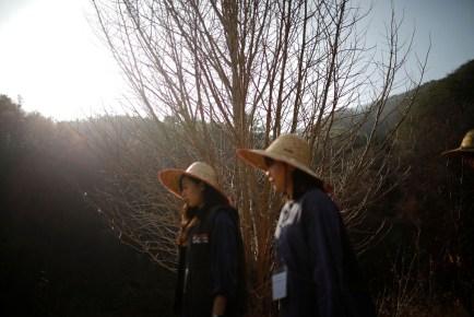 """Park Hye-ri (solda) hapse atılmadan önce bir yürüyüş yapıyor. Park """"Bu hapishane bana bir özgürlük hissi veriyor."""" diyor."""