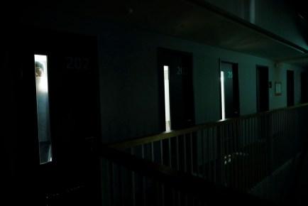 Bir mahkum camından dışarı bakıyor.
