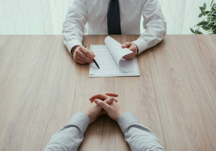 ¿En qué se fija un empleador al momento de contratar a una persona?