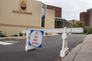 Claire Murray | The Duquesne Duke A newly erected barrier warns drivers that Seitz Street is for one-way use only.