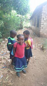 Mami en haar vriendinnetjes zoeken een sponsor voor hun schoolgeld, € 10 per maand