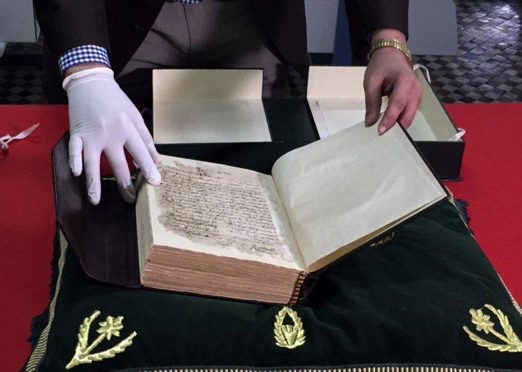 El yazmaları arasında İbn-i Haldun'un en ünlü eseri olan Mukaddime'nin orijinal hali de bulunuyor.