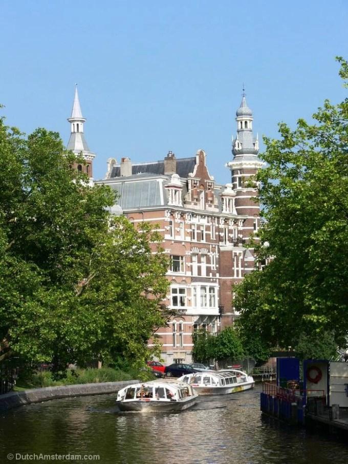 tour boats sailing through Singelgracht