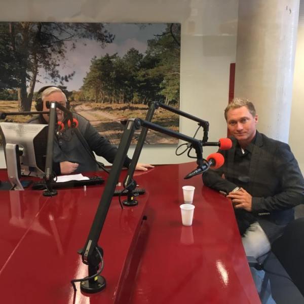 goochelaar Ronald MOray in radioprogramma Ede Vitaal