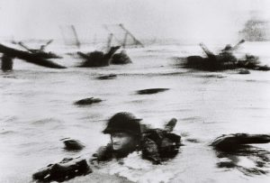 Robert Capa: D-Day: 6 juni 1944: - Allied Invasion of Normandy