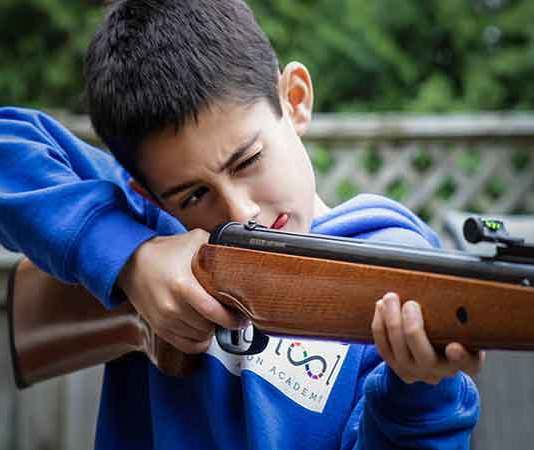 Hoeveel kinderen komen er jaarlijks om door vuurwapens in de VS