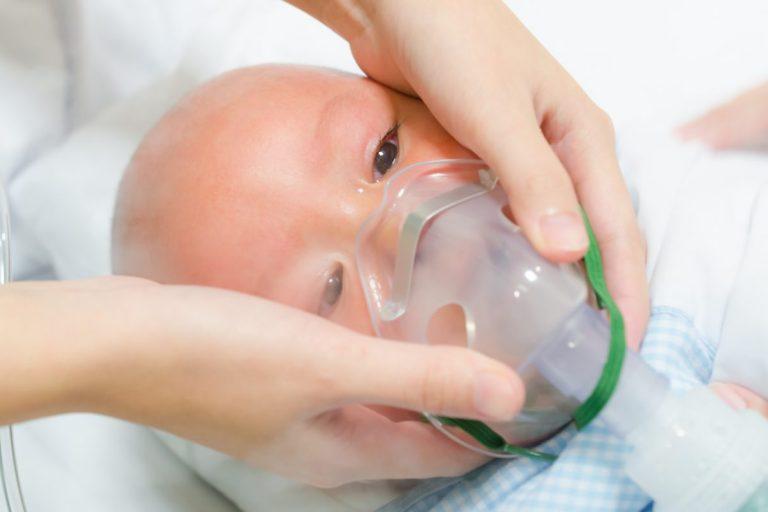 Baby met zuurstofmasker