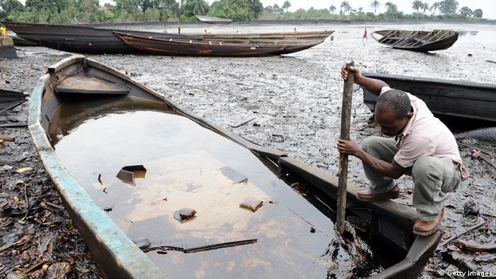 Áreas ainda sujas de petróleo no Delta do Níger