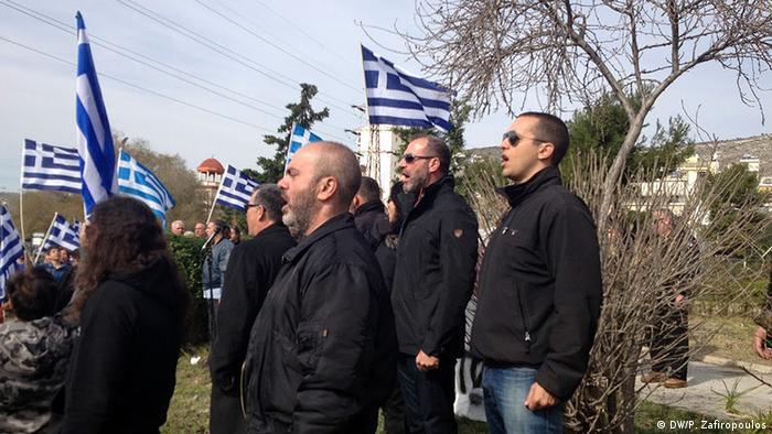Demonstranten mit griechischen Flaggen (Foto: DW/P. Zafiropoulos)
