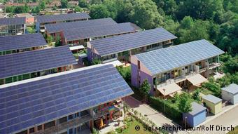 Eine Siedlung in Freiburg mit Photovoltaik Anlage (SolarArchitektur/Rolf Disch)