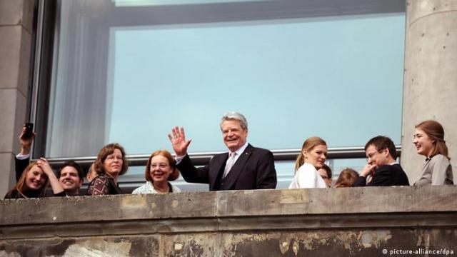 Bundespräsidentenwahl 2012 Joachim Gauck auf einem Balkon des Berliner Reichstagsgebäudes (Foto: dpa / lbn / Sebastian Kahnert)