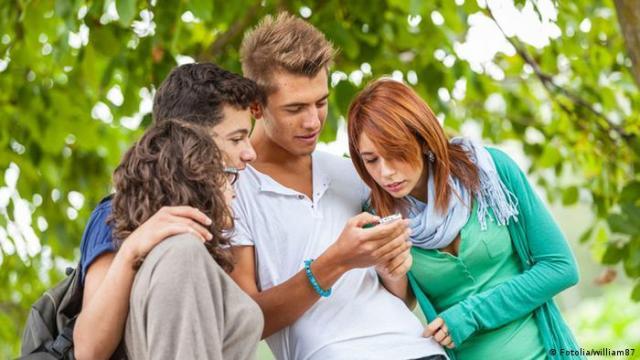 Junge Menschen Smartphone Symbolbild (Fotolia / william87)