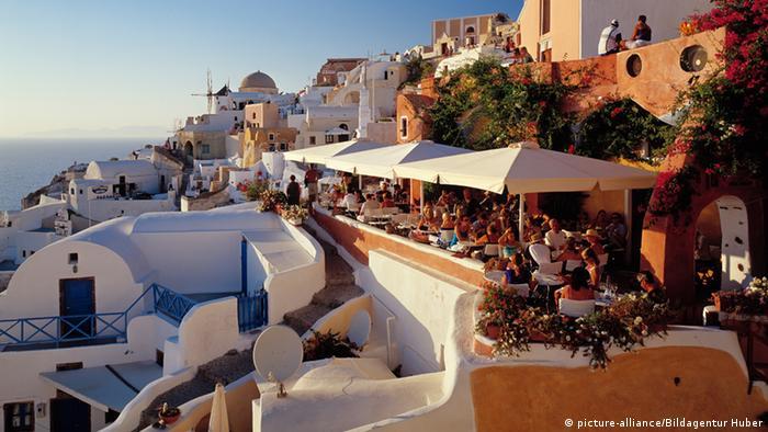 Restaurantterrassen von Oya Insel Santorin Kykladen Griechenland (picture-alliance/Bildagentur Huber)